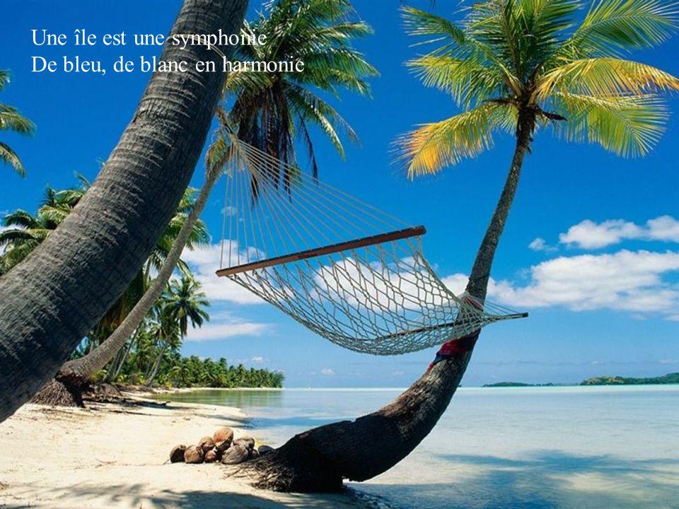 Une île est une symphonie De bleu, de blanc en harmonie