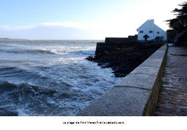 La plage de Port Manec'h et la jetée du port.