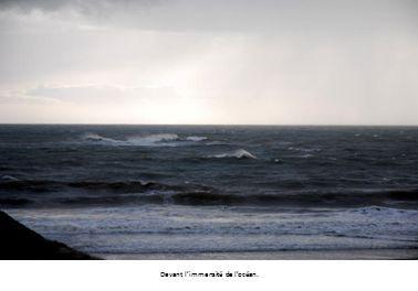 Devant l'immensité de l'océan.