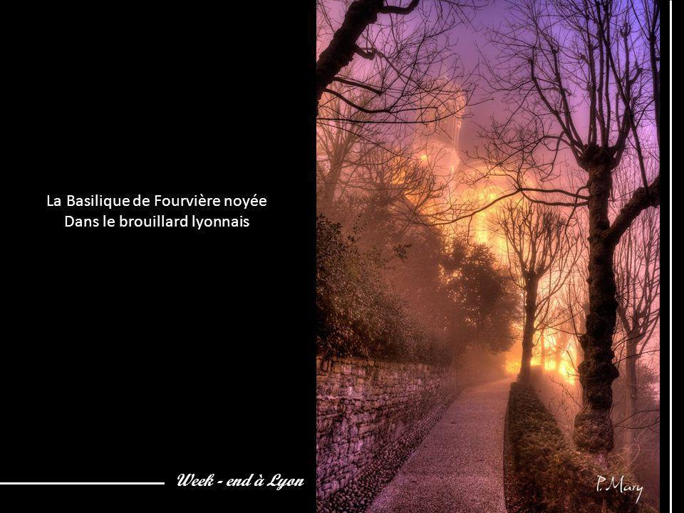La Basilique de Fourvière noyée Dans le brouillard lyonnais