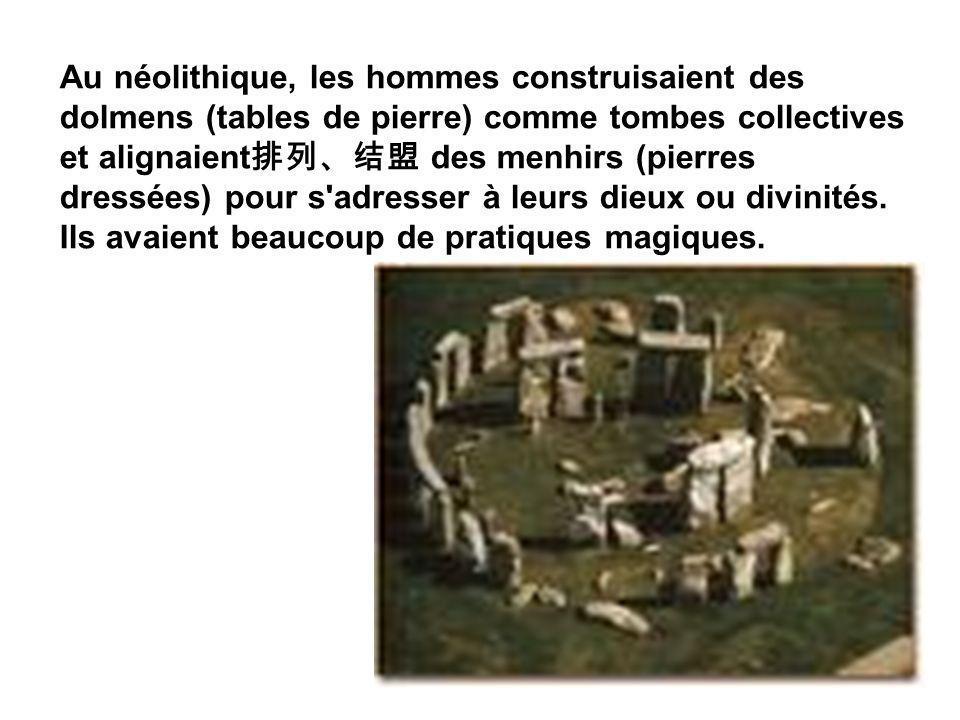 Au néolithique, les hommes construisaient des dolmens (tables de pierre) comme tombes collectives et alignaient排列、结盟 des menhirs (pierres dressées) pour s adresser à leurs dieux ou divinités.