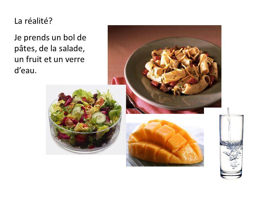 La réalité Je prends un bol de pâtes, de la salade, un fruit et un verre d'eau.