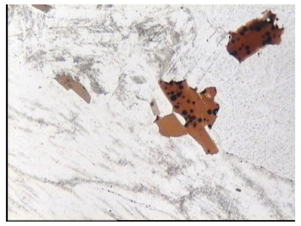 Deux populations de cristaux de tailles différentes (deux temps de cristallisation).