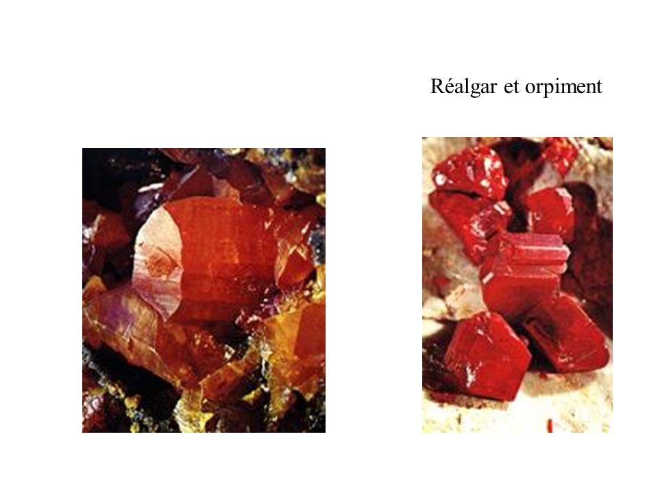 Réalgar et orpiment Orpiment (à gauche) et réalgar (à droite).