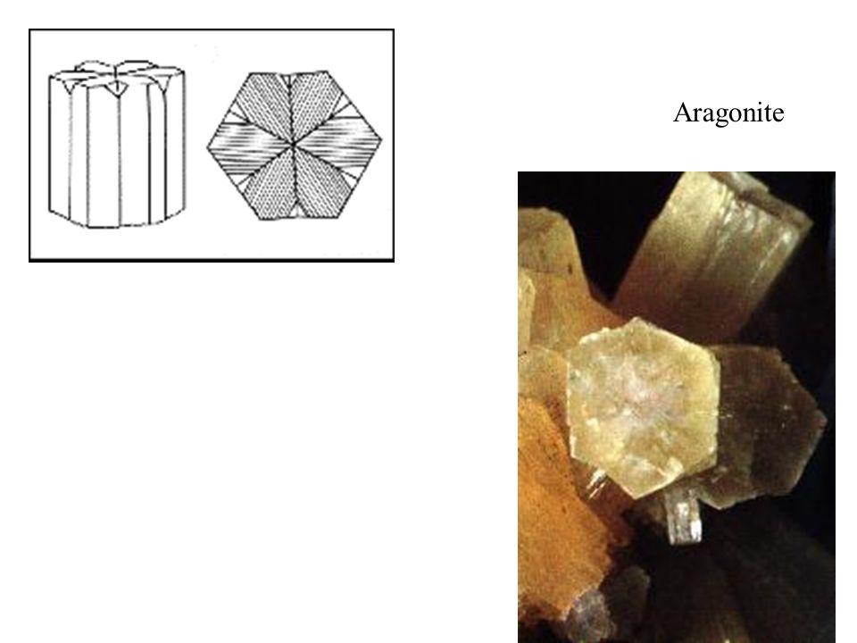 Aragonite Agrigente (Sicile) cristaux prismatiques pseudo-hexagonaux. Taille réelle 37 mm