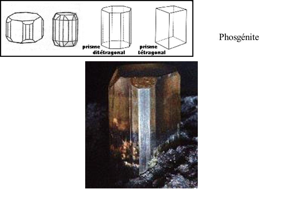 Phosgénite On observe ici les faces verticales de divers prismes les facettes obliques d une pyramide et la face horizontale terminale du pinacoïde.