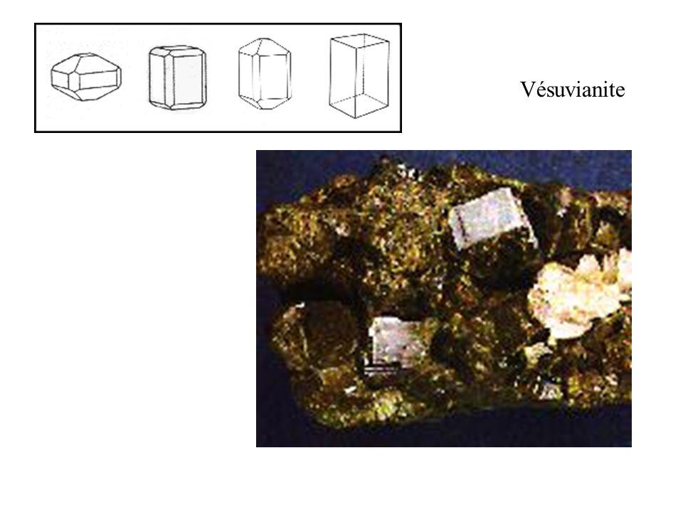 Vésuvianite Cristaux prismatiques courts. Taille réelle 15 mm