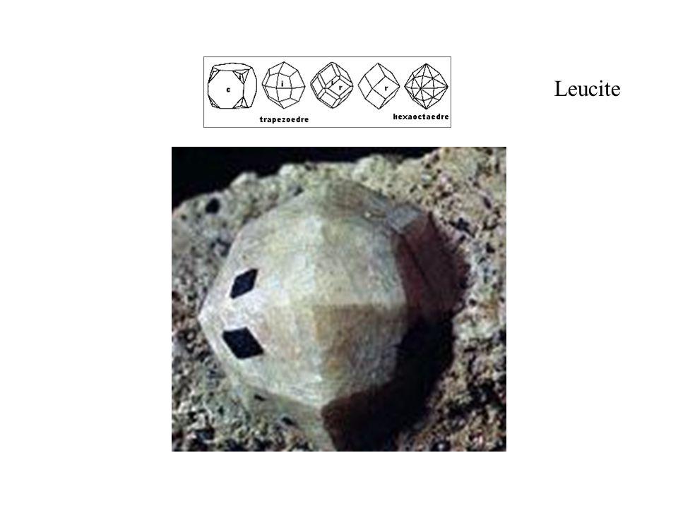 Leucite Trapézoèdre, la forme caractéristique de la leucite. Taille réelle 9 mm