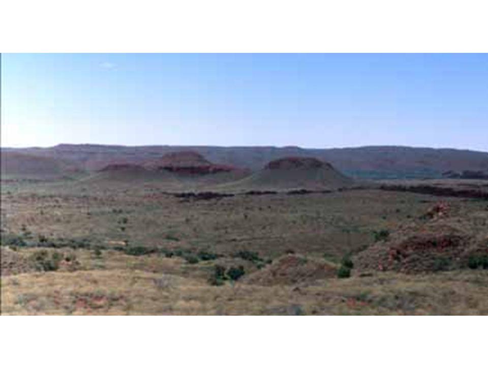 Australie de l ouest Avant-butte, butte-témoin et plateau en arrière plan