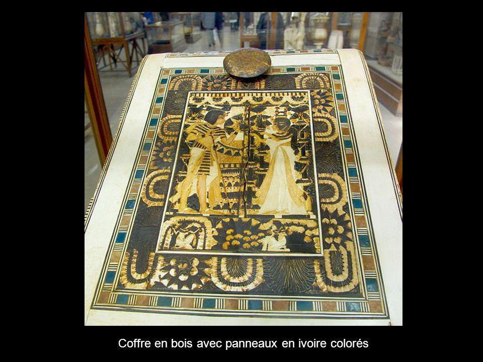 Coffre en bois avec panneaux en ivoire colorés