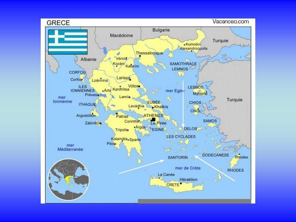 Santorin ou Thira , un archipel d'îles volcaniques situé dans la mer Égée à 128 miles nautiques de Pirée.