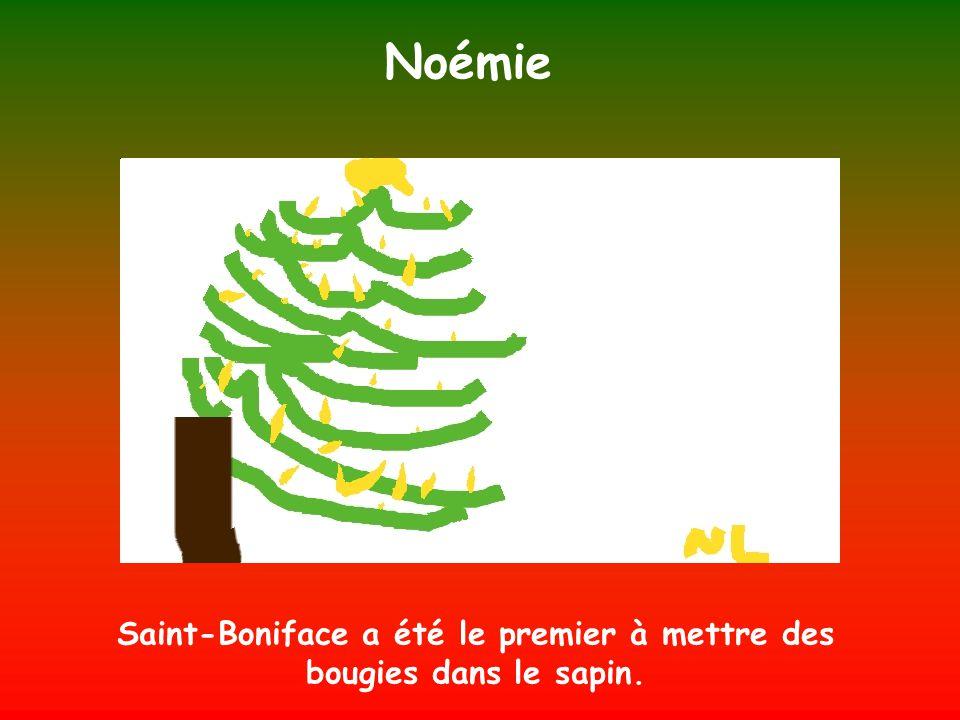 Saint-Boniface a été le premier à mettre des bougies dans le sapin.