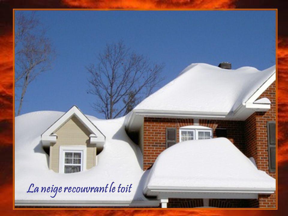 La neige recouvrant le toit