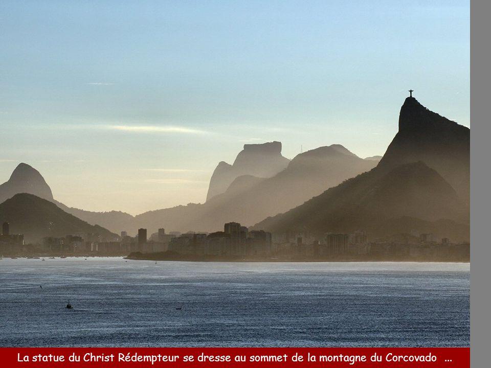 La statue du Christ Rédempteur se dresse au sommet de la montagne du Corcovado ...