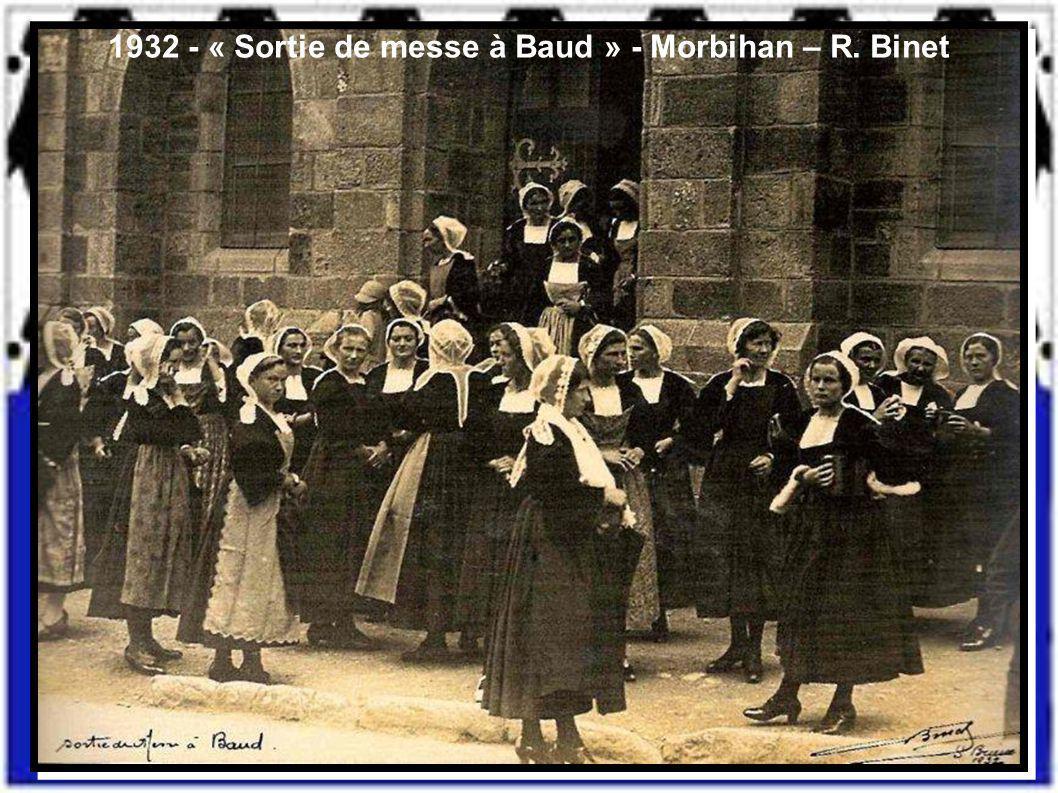 1932 - « Sortie de messe à Baud » - Morbihan – R. Binet