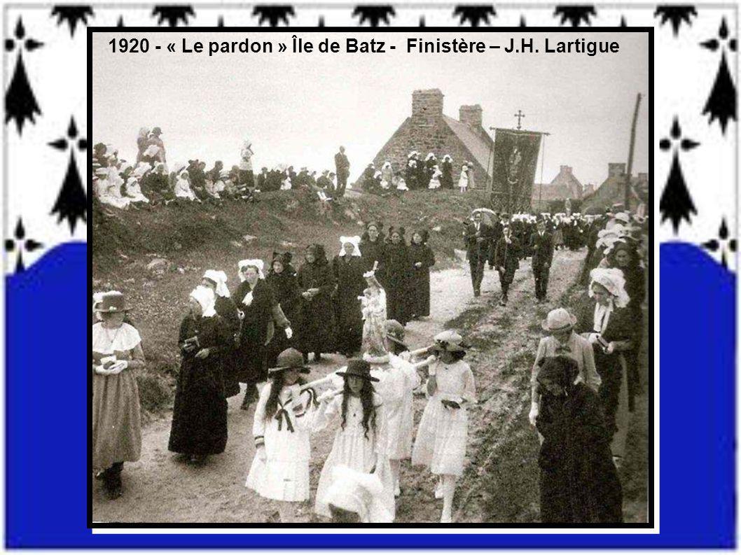 1920 - « Le pardon » Île de Batz - Finistère – J.H. Lartigue