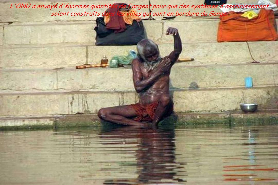 L ONU a envoyé d énormes quantités de l argent pour que des systèmes d assainissement soient construits dans les villes qui sont en bordure du Gange.