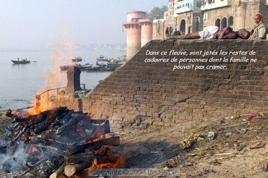 Dans ce fleuve, sont jetés les restes de cadavres de personnes dont la famille ne pouvait pas cramer.