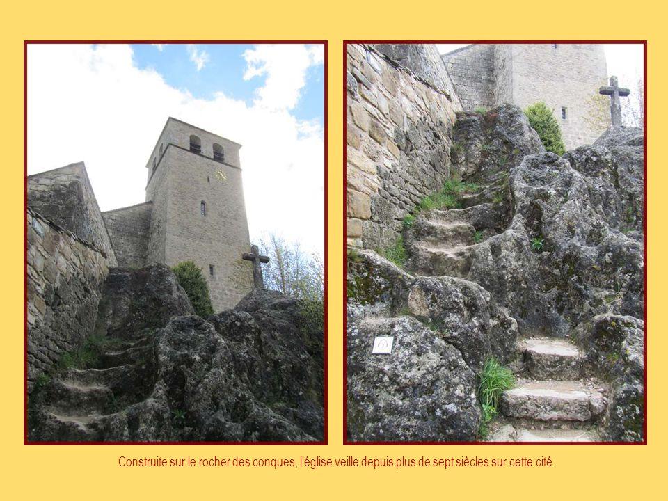 Construite sur le rocher des conques, l'église veille depuis plus de sept siècles sur cette cité.