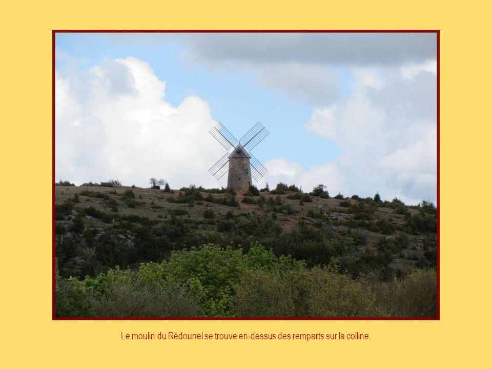 Le moulin du Rédounel se trouve en-dessus des remparts sur la colline.