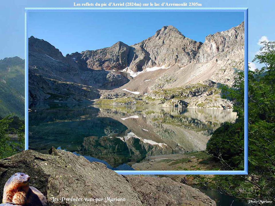 Les reflets du pic d'Arriel (2824m) sur le lac d'Arrémoulit 2305m