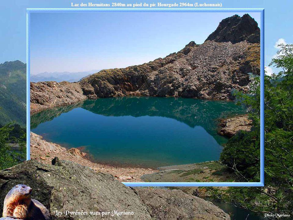 Lac des Hermitans 2840m au pied du pic Hourgade 2964m (Luchonnais)
