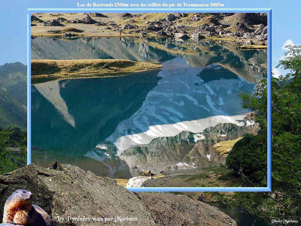Lac de Barroude 2360m avec les reflets du pic de Troumousse 3085m