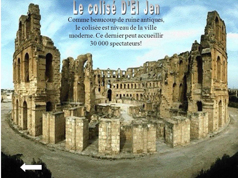 Le colisé D El Jen Comme beaucoup de ruine antiques, le colisée est niveau de la ville moderne.