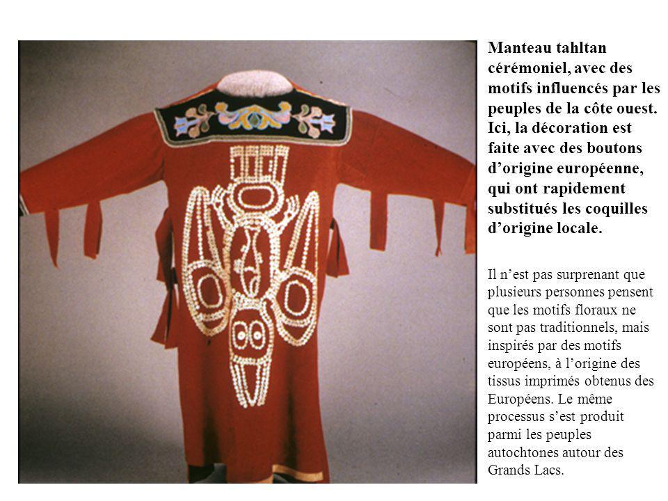 Manteau tahltan cérémoniel, avec des motifs influencés par les peuples de la côte ouest. Ici, la décoration est faite avec des boutons d'origine européenne, qui ont rapidement substitués les coquilles d'origine locale.
