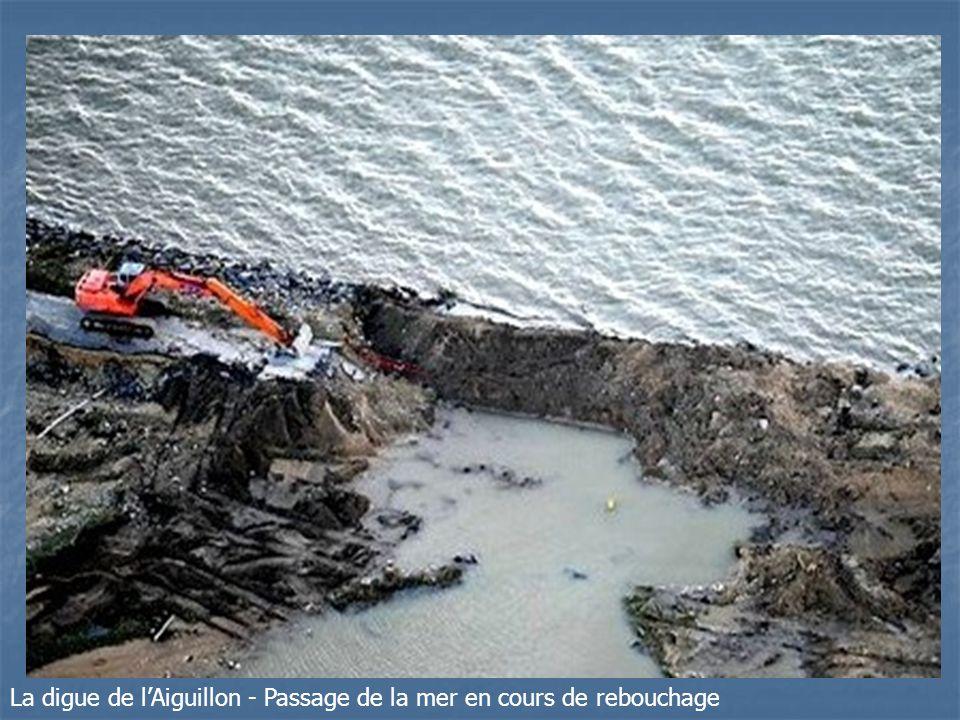 La digue de l'Aiguillon - Passage de la mer en cours de rebouchage