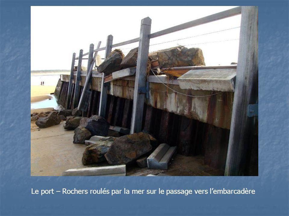 Le port – Rochers roulés par la mer sur le passage vers l'embarcadère