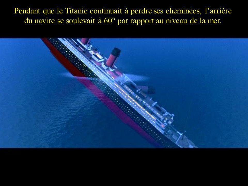 Pendant que le Titanic continuait à perdre ses cheminées, l'arrière du navire se soulevait à 60° par rapport au niveau de la mer.