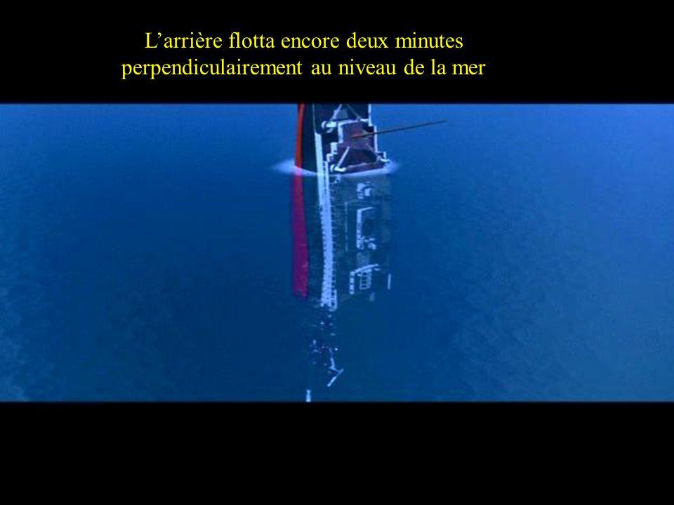 L'arrière flotta encore deux minutes perpendiculairement au niveau de la mer