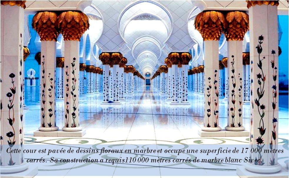 Cette cour est pavée de dessins floraux en marbre et occupe une superficie de 17 000 mètres carrés.
