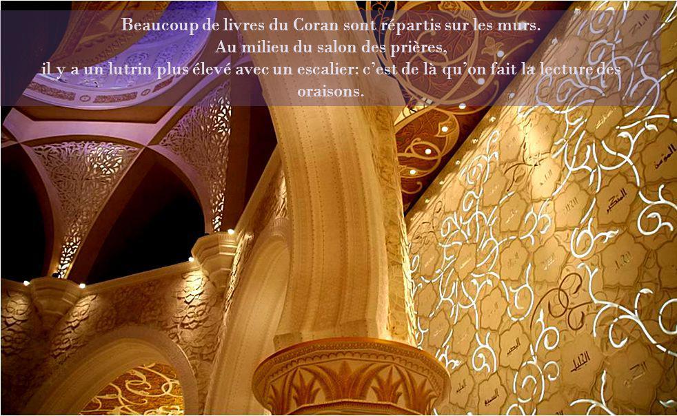 Beaucoup de livres du Coran sont répartis sur les murs.