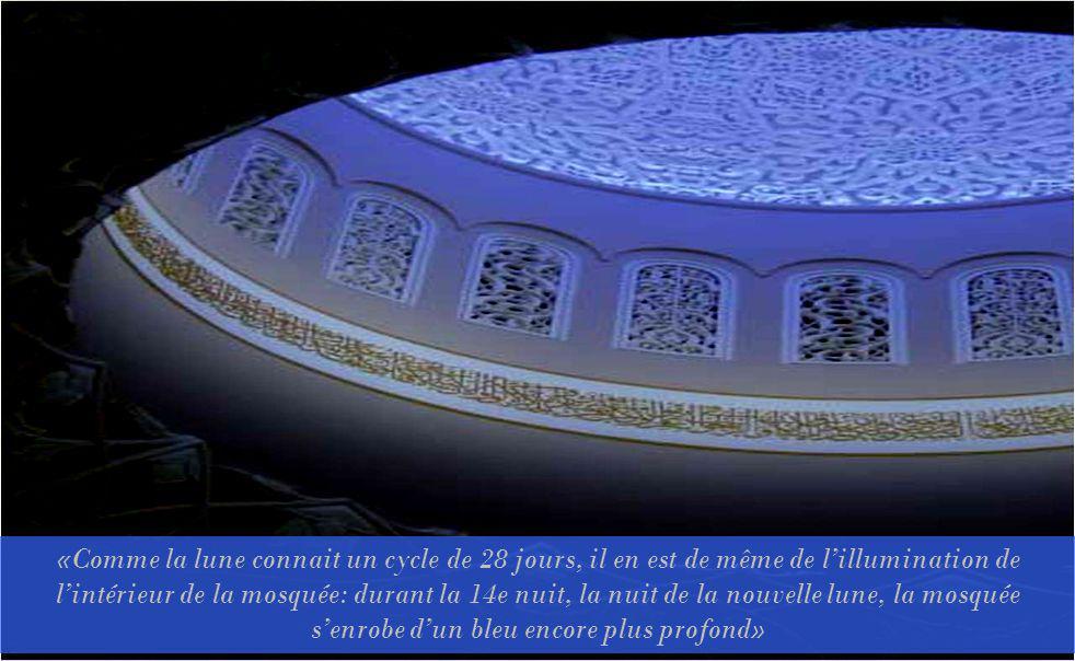 «Comme la lune connait un cycle de 28 jours, il en est de même de l'illumination de l'intérieur de la mosquée: durant la 14e nuit, la nuit de la nouvelle lune, la mosquée s'enrobe d'un bleu encore plus profond»