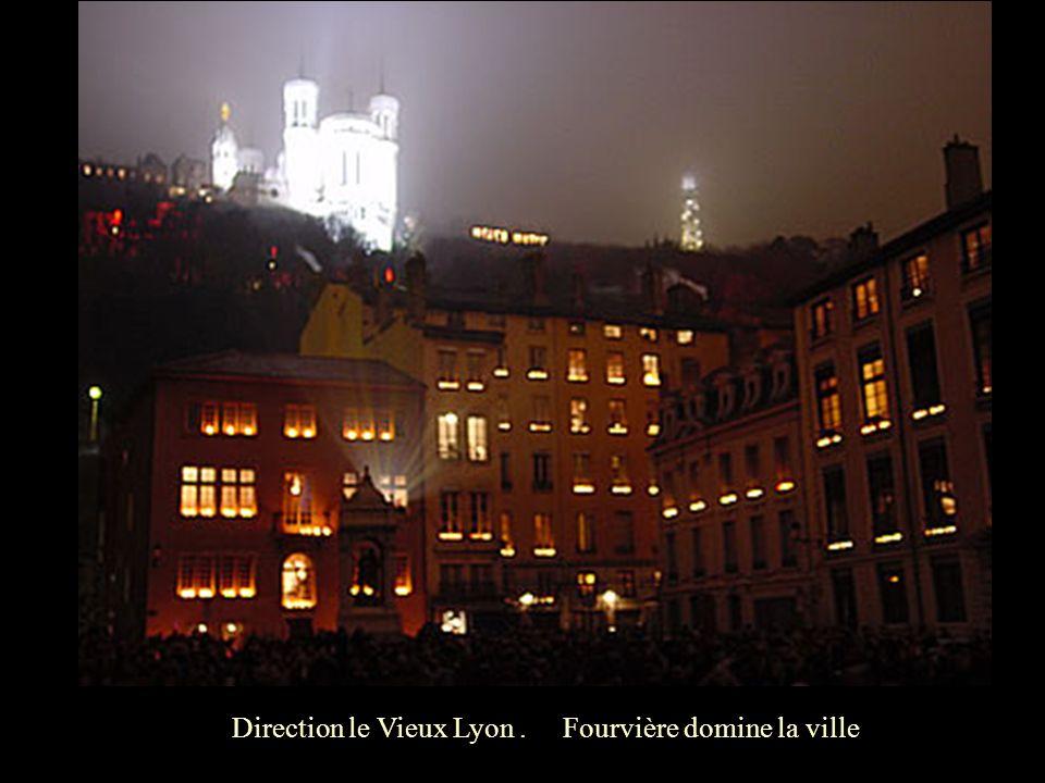 Direction le Vieux Lyon . Fourvière domine la ville .
