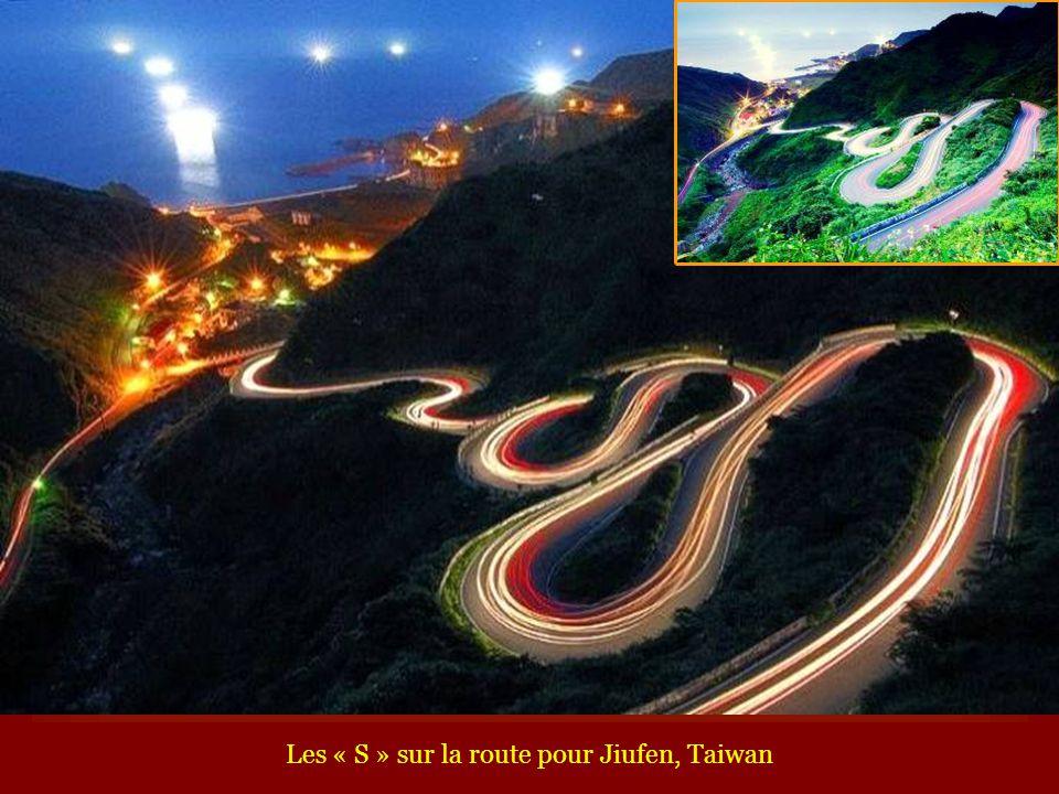 Les « S » sur la route pour Jiufen, Taiwan
