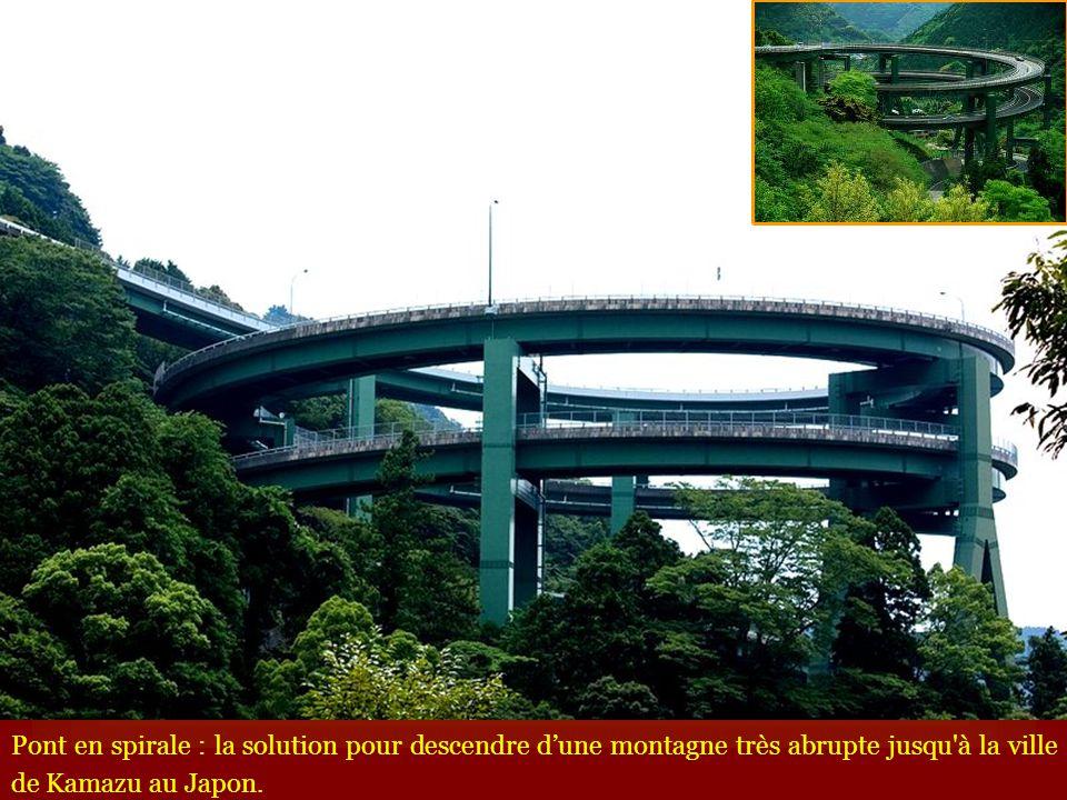 Pont en spirale : la solution pour descendre d'une montagne très abrupte jusqu à la ville de Kamazu au Japon.