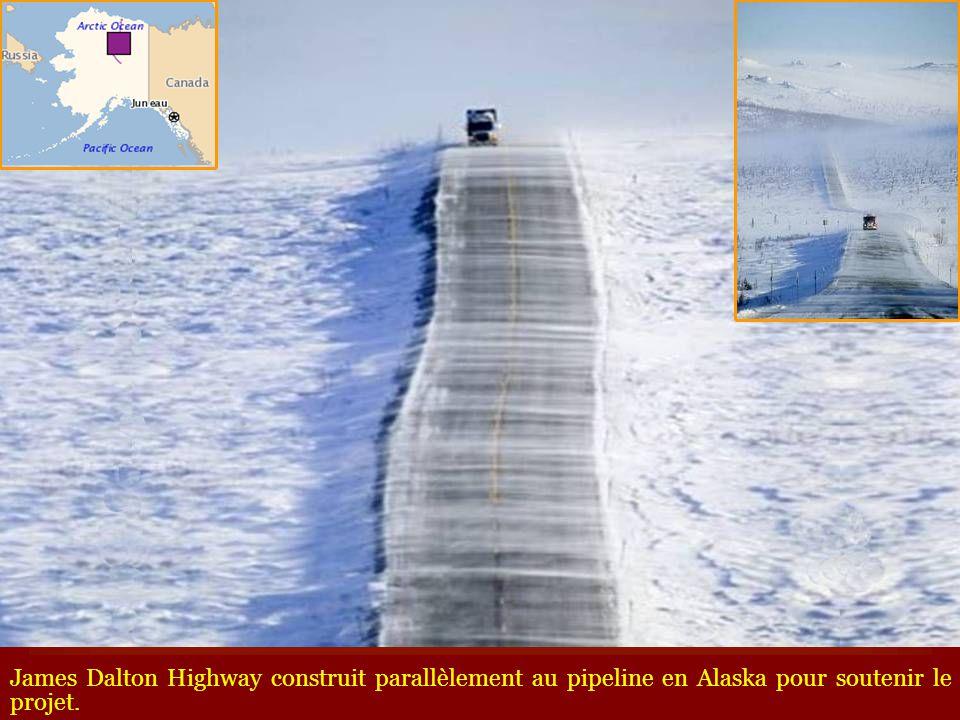 James Dalton Highway construit parallèlement au pipeline en Alaska pour soutenir le projet.