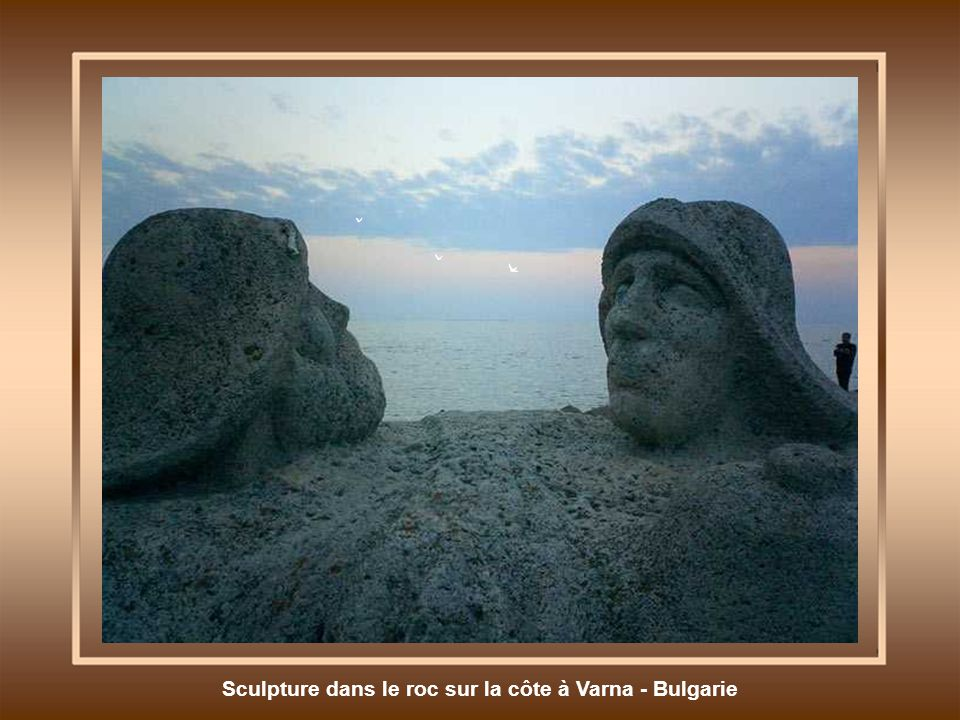 Sculpture dans le roc sur la côte à Varna - Bulgarie