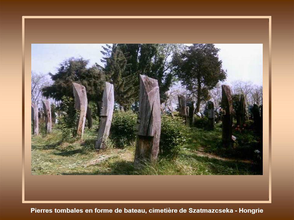 Pierres tombales en forme de bateau, cimetière de Szatmazcseka - Hongrie