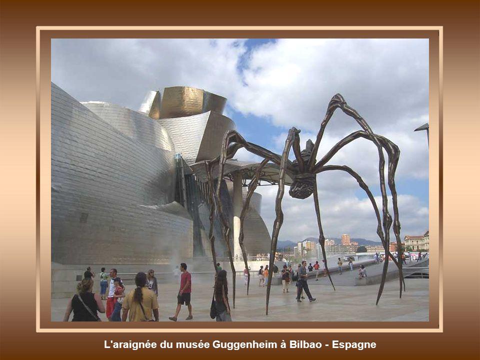 L araignée du musée Guggenheim à Bilbao - Espagne