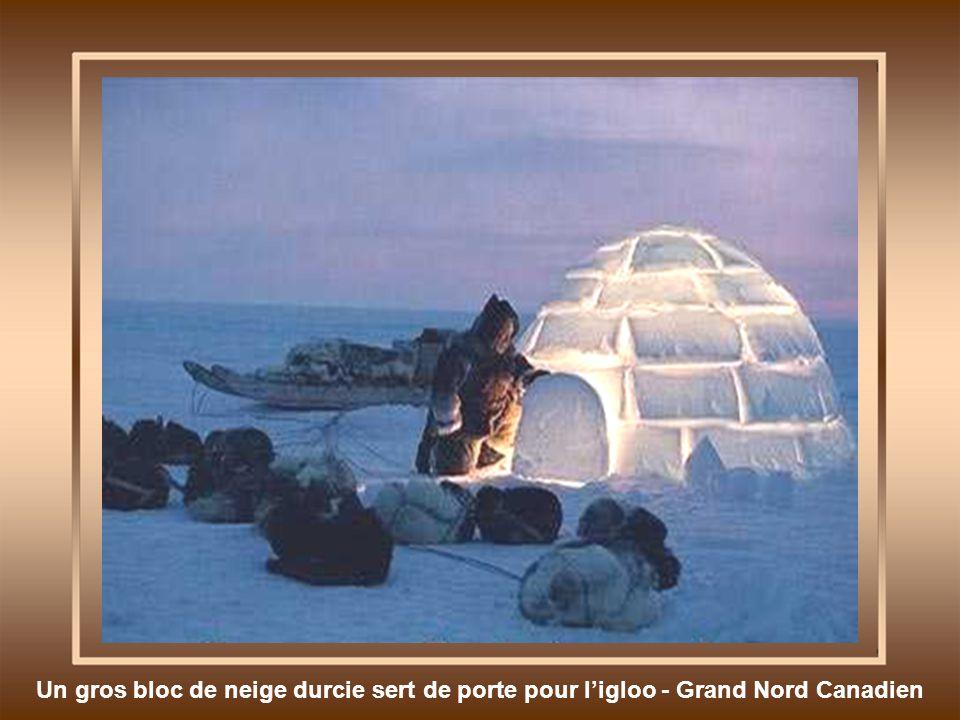 Un gros bloc de neige durcie sert de porte pour l'igloo - Grand Nord Canadien
