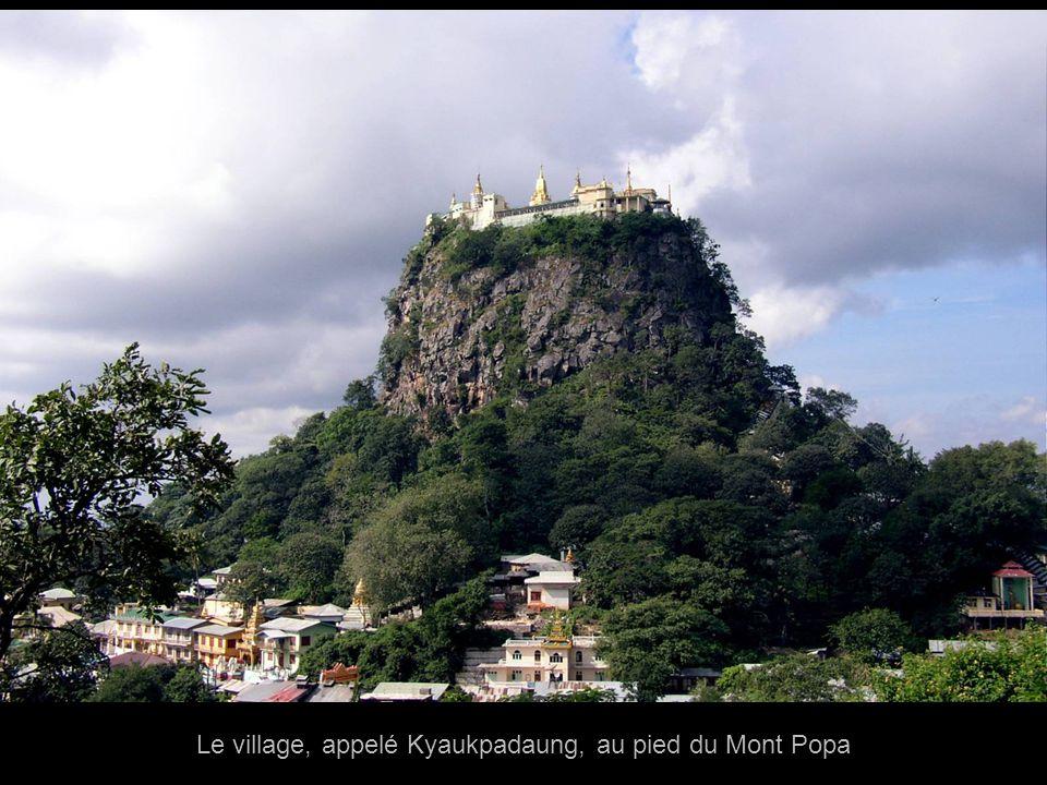 Le village, appelé Kyaukpadaung, au pied du Mont Popa
