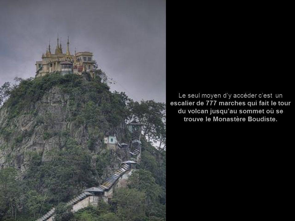 Le seul moyen d'y accéder c'est un escalier de 777 marches qui fait le tour du volcan jusqu'au sommet où se trouve le Monastère Boudiste.