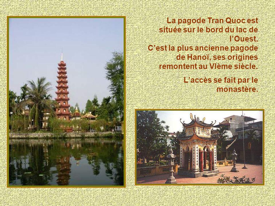 La pagode Tran Quoc est située sur le bord du lac de l'Ouest