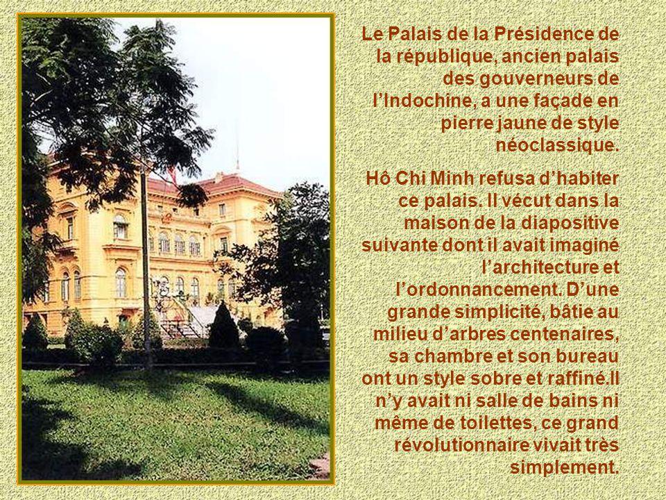 Le Palais de la Présidence de la république, ancien palais des gouverneurs de l'Indochine, a une façade en pierre jaune de style néoclassique.