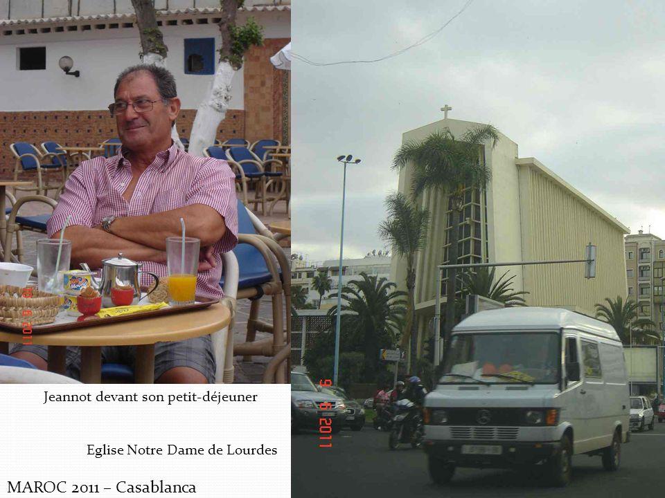 MAROC 2011 – Casablanca Jeannot devant son petit-déjeuner