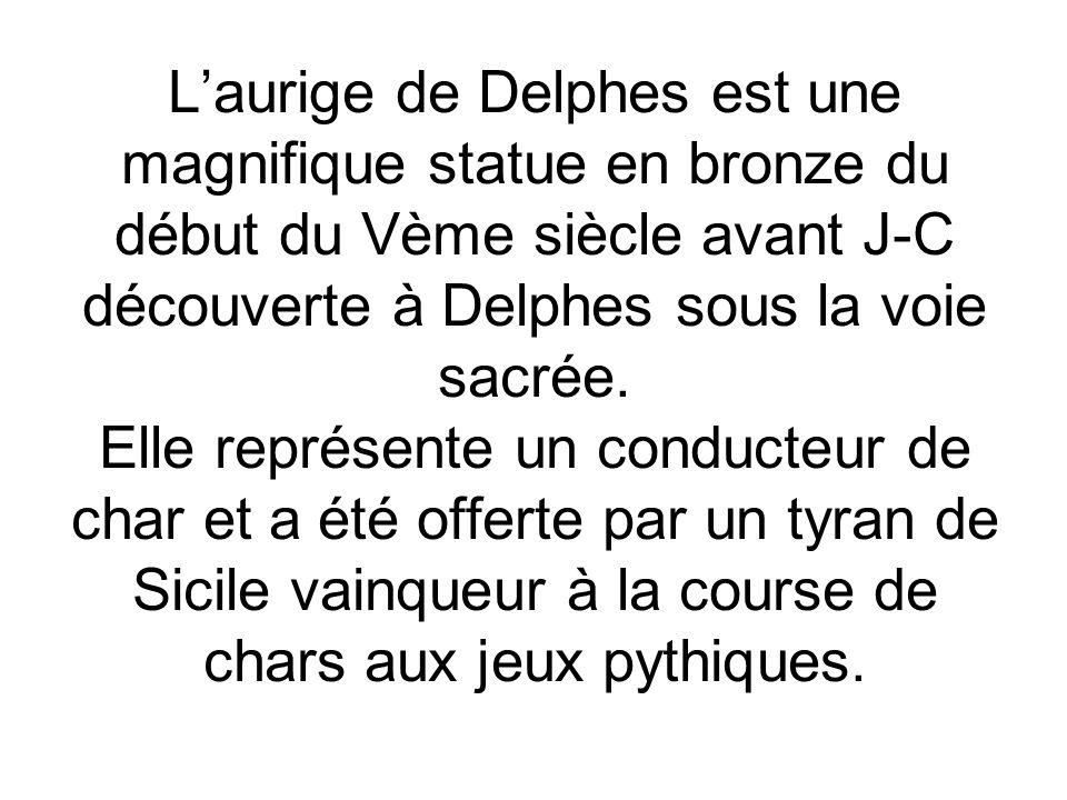 L'aurige de Delphes est une magnifique statue en bronze du début du Vème siècle avant J-C découverte à Delphes sous la voie sacrée.